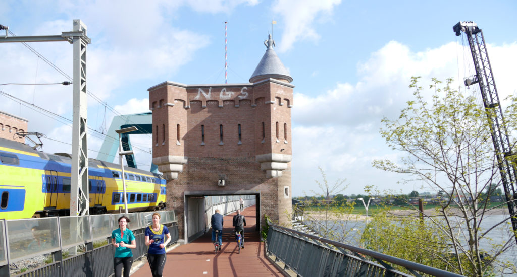 Snelbinder – a bicycle path attached to the railroad bridge over the river Waal